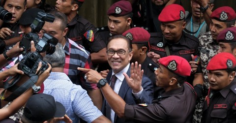 The Malaysian reformist figure Anwar Ibrahim arrives at his home on May 16, after being freed from politically motivated imprisonment. Photo: Sadiq Asyraf / AP