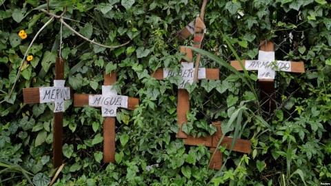 Cardboard crosses with the names of opposition supporters killed during demonstrations are seen on a fence during a strike called to protest against Venezuelan President Nicolas Maduro's government in Caracas, Venezuela, July 20, 2017. Photo: Reuters